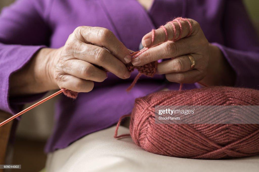Eine alte Frauen stricken : Stock-Foto