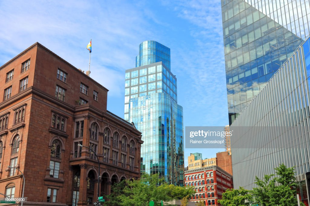 An older brick buiding and a modern tower with a glass facade at Astor Place : Stock-Foto