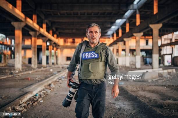 un journaliste plus âgé fait un reportage - professional occupation photos et images de collection