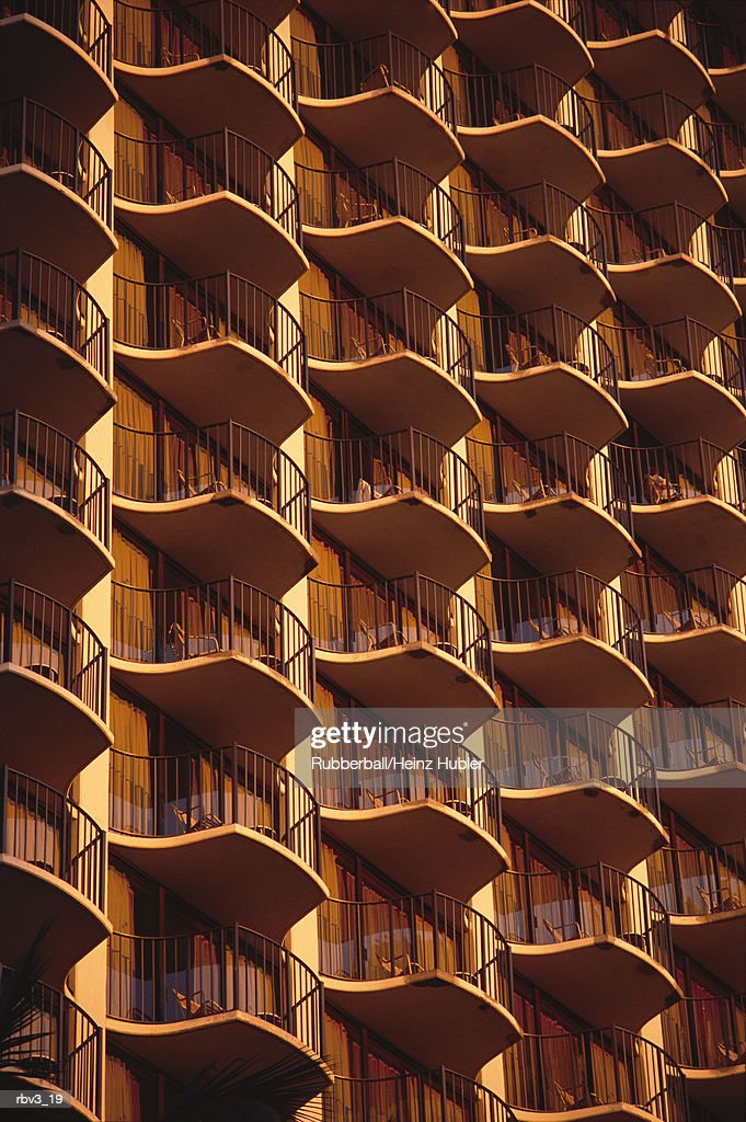 an orange hotel complex shows windows and balconies : Foto de stock