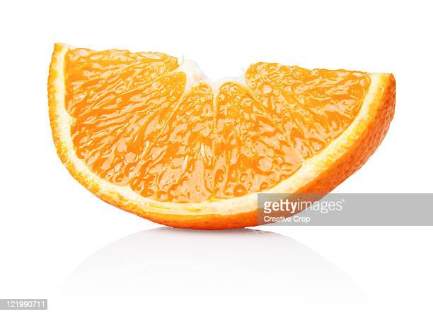 an orange segment - oranje stockfoto's en -beelden