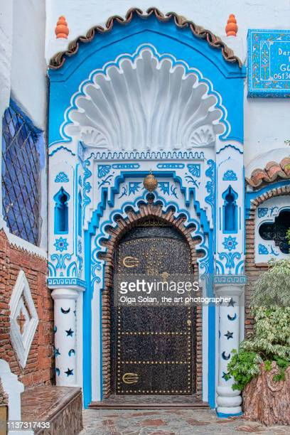 an ornate blue and white doorway in the blue city of chefchaouen. - chefchaouen photos et images de collection