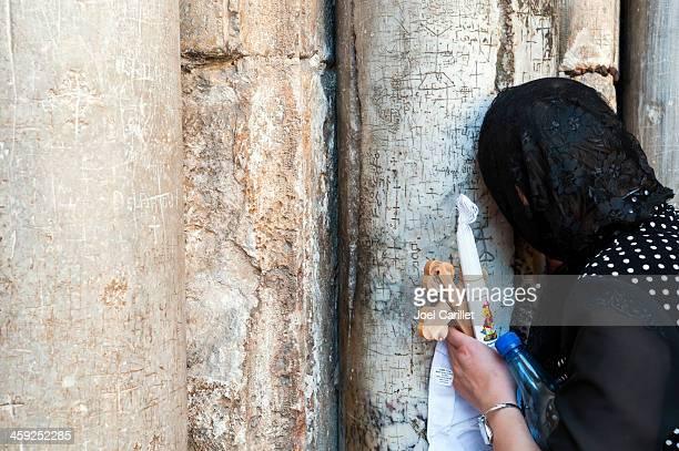 christian pilgrim pregare in santo sepolcro a gerusalemme - chiesa del santo sepolcro foto e immagini stock