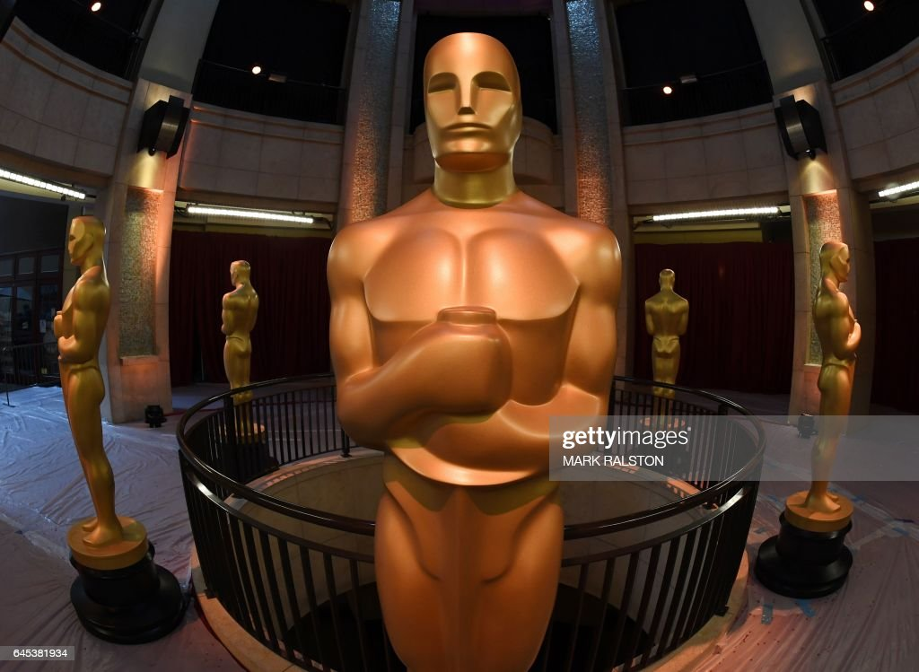 TOPSHOT - An Oscars statue stands at the end of the red carpet arrivals area ahead of the 89th annual Oscars at the Dolby Theater in Hollywood, California on February 25, 2017 The 2017 Academy Awards will take place in Hollywood on February 26th. / AFP / Mark RALSTON
