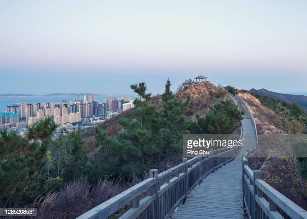 an outdoor corridor with railings - 中国北東部 ストックフォトと画像