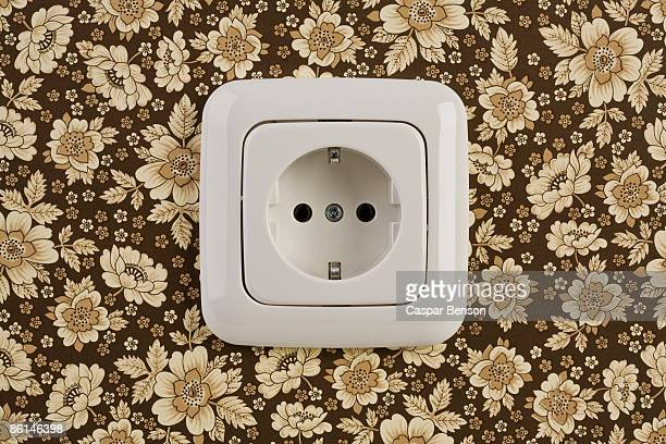 an outlet on wallpaper - tomada - fotografias e filmes do acervo