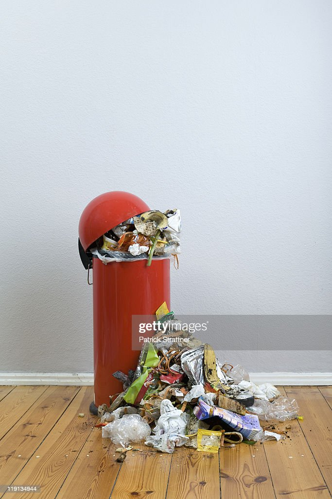 An overflowing garbage can of rotting food and recyclables : Stock-Foto