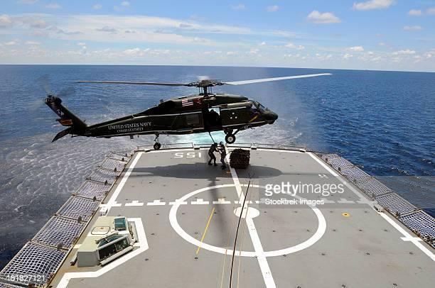 an sh-60f sea hawk helicopter lowers pallets onto hmas ballarat. - オーストラリア軍 ストックフォトと画像