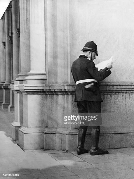 An Spanish traffic police officer reading the newspaper Vintage property of ullstein bild