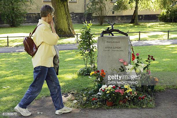 An unidentified woman looks at the grave in Stockholm 10 September 2004 in Stockholm of the late foreign minister Anna Lindh as Sweden marks the...