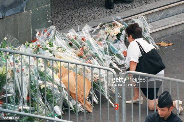 An unidentified woman places flowers 31 August in front of the Pitie Salpetriere hospital in Paris where Diana Princess of Wales was admitted early...
