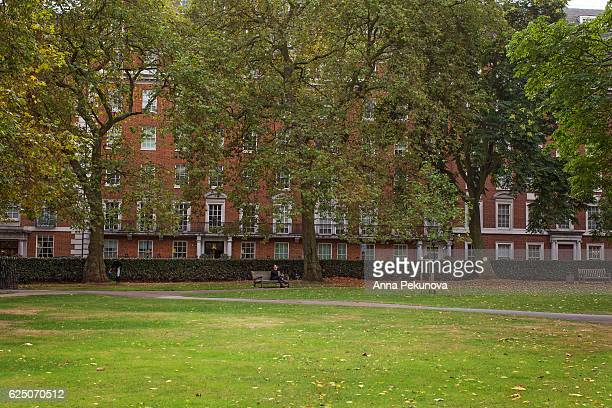 an us embassy building seen from grosvenor square, mayfair, london - グロヴナー広場 ストックフォトと画像