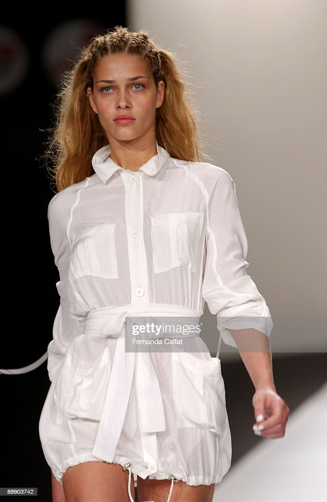 2003 São Paulo Fashion Week - Patachou : News Photo