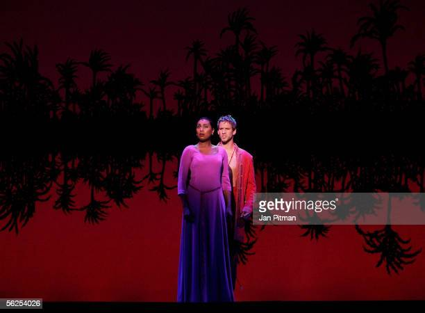 Ana Milva Gomes and Bernhard Forcher perform on stage during a photocall for the musical 'Aida' on November 22 2005 in Munich Germany The premiere of...