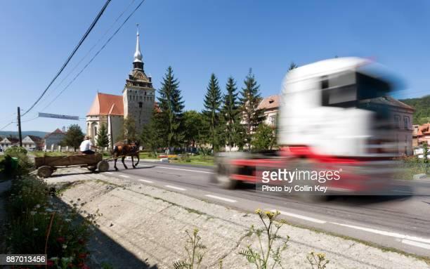 anachronie des transportwesens: sattelschlepper und pferdewagen - collin key stock-fotos und bilder