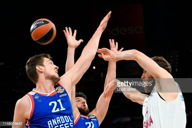 Anadolu Efes' German centre Tibor Pleiss and Anadolu Efes' Serbian guard Vasilije Micic challenge CSKA Moscow's Spanish guard Sergio Rodriguez during...