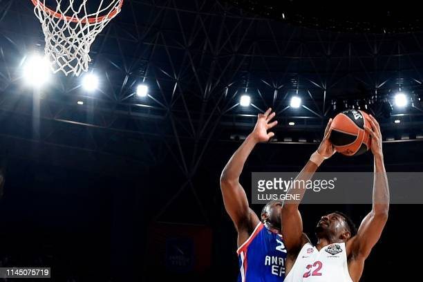 Anadolu Efes' US forward James Anderson challenges CSKA Moscow's US guard Cory Higgins during the EuroLeague final basketball match between Anadolu...