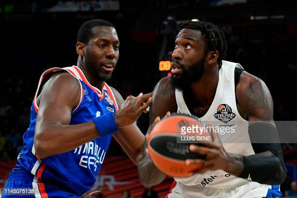Anadolu Efes' USArmenian centre Bryant Dunston challenges CSKA Moscow's US centre Othello Hunter during the EuroLeague final basketball match between...