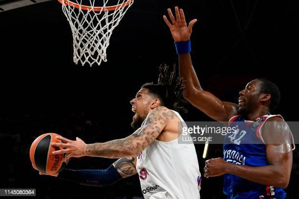 Anadolu Efes' USArmenian centre Bryant Dunston challenges CSKA Moscow's Italian guard Daniel Hackett during the EuroLeague final basketball match...