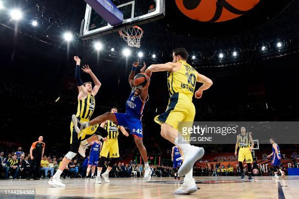 Anadolu Efes' USArmenian centre Bryant Dunston challenges Fenerbahce's Turkish guard Melih Mahmutoglu and Fenerbahce's Czech centre Jan Vesely during...