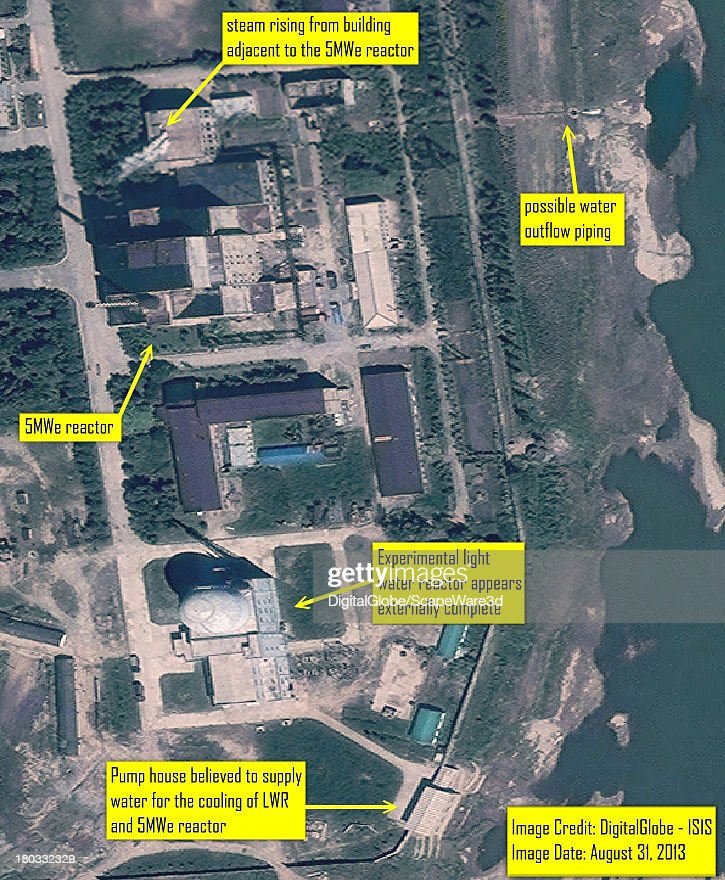 Steam venting from building adjacent to 5MWe Yongbyon reactor on August 31, 2013 : News Photo