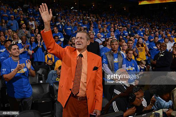Analyst Craig Sager waves to the crowd before the New Orleans Pelicans play against the Golden State Warriors on October 27 2015 at ORACLE Arena in...