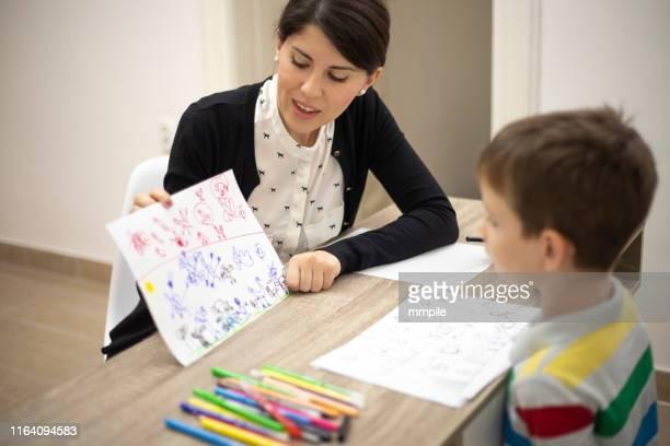 analizando sus dibujos - autismo fotografías e imágenes de stock