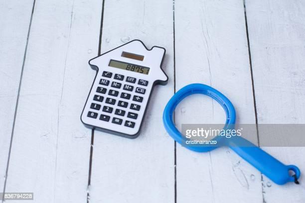 analyzing the expenses - precio fotografías e imágenes de stock