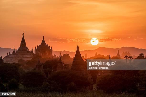 ananda pagoda at dusk, in the bagan plain, myanmar (burma) - バガン ストックフォトと画像