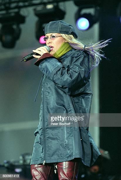 Anastacia Köln VivaStudio Bühne Auftritt Mikrofon Mütze Brille Sängerin singen PNummer 088/2004 HD/MP Foto PBischoff/N Veröffentlichung nur gegen...