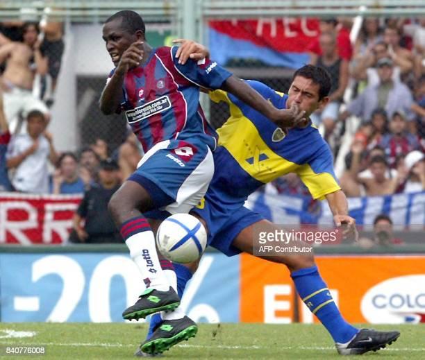 Aníbal Matellan de Boca Juniors disputa la pelota con Leonardo Moreno de San Lorenzo de Almagro en Buenos Aires Argentina el 20 de febrero de 2005...