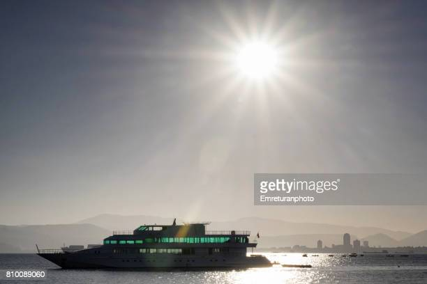 anchored and abandoned motor boat in izmir bay at sunrise. - emreturanphoto fotografías e imágenes de stock