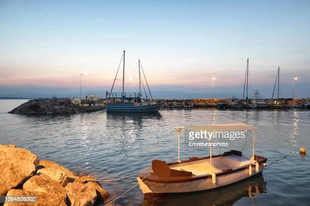 anchored boats inside the marina of ciftllikkoy at sunset. - emreturanphoto stockfoto's en -beelden