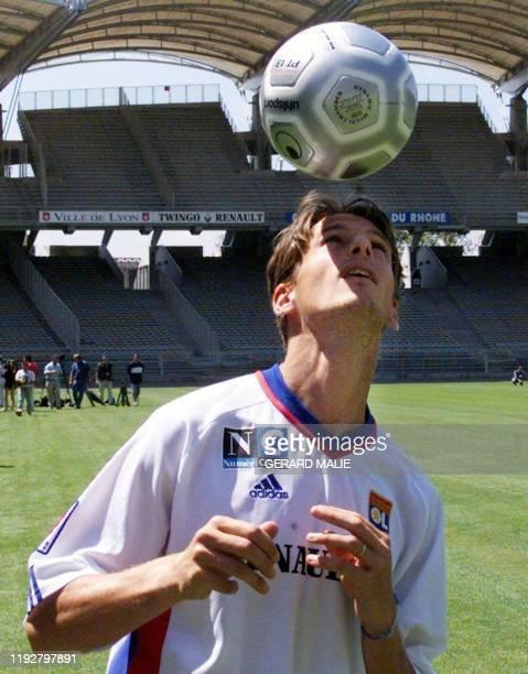 L'ancien attaquant du FC Bastia Frédéric Née dernière recrue de l'Olympique Lyonnais effectue des exercices de jeu de tête le 25 juillet 2001 sur la...