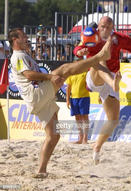 L'ancien international de football français capitaine de l'équipe de France de Pro Beach Soccer Eric Cantona est à la lutte avec le britannique Chris...
