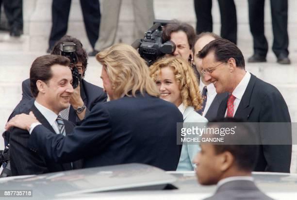 L'ancien ministre du Budget d'Edouard Balladur Nicolas Sarkozy maire de NeuillySurSeine et porteparole du RPR félicite le chanteur Johnny Hallyday...