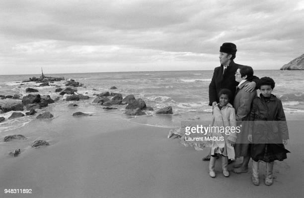 L'ancien prédsident algérien Ahmed Ben Bella récemment libéré par les autorités sur la plage de son vilage natal en compagnie de son épouse Zora ses...