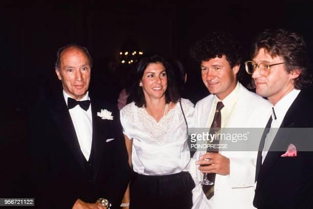 L'ancien Premier ministre canadien Pierre Elliott Trudeau avec le chanteur Robert Charlebois et son épouse Laurence le 10 juillet 1986 à Montréal...