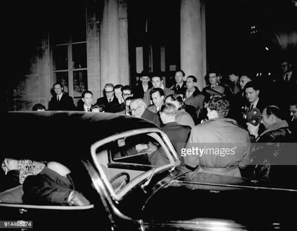 L'ancien président du Conseil Léon Blum quitte l'Assemblée nationale à Paris au mois de novembre 1947 après le vote défavorable des députés pour la...