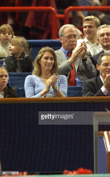 L'ancienne joueuse de tennis Steffi Graf assiste au match d'André Agassi contre le Néerlandais Sjeng Schalken le 04 novembre 1999 en huitième de...