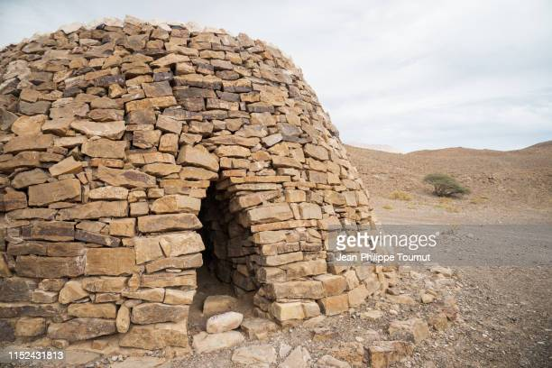 ancient beehive tomb, necropolis in bat al-khum, sultanate of oman, arabian peninsula - tomb stock pictures, royalty-free photos & images