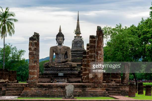 ancient buddha statue. sukhothai historical park, sukhothai province, thailand - sukhothai stockfoto's en -beelden