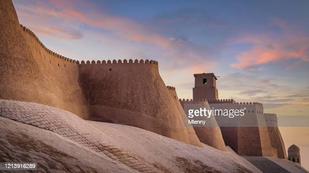 ancient city walls of khiva uzbekistan in sunset twilight - uzbekistan foto e immagini stock