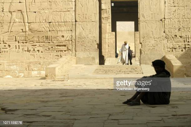 ancient egypt, the temple of ramesses iii, temple priest guards of medinet habu - tomb of ramses iii stock pictures, royalty-free photos & images