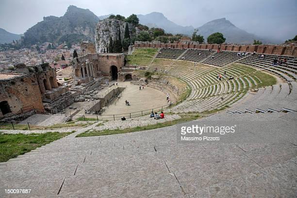 ancient greek theatre, taormina, sicily, italy - massimo pizzotti foto e immagini stock