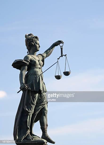 Antica Statua Justicia, con bilancia e spada dal lato destro