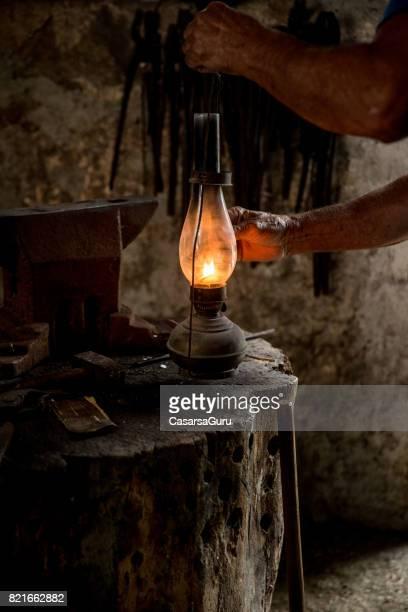 lanterna de querosene antiga na loja do ferreiro - lanterna - fotografias e filmes do acervo