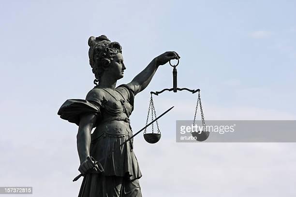 古代の正義の女神像のハーフ背