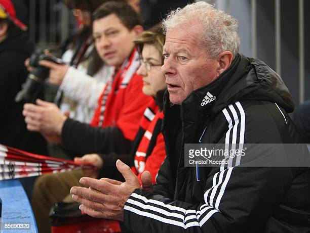 Ancient masseur Hermann Rieger of Hamburg applauds the Scorpions during the first DEL PlayOff semi final match between Hannover Scorpions and DEG...