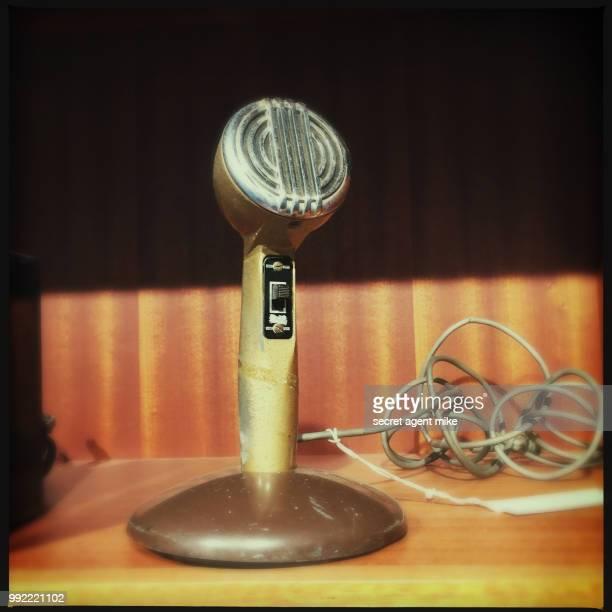 ancient microphone - radio antigua fotografías e imágenes de stock